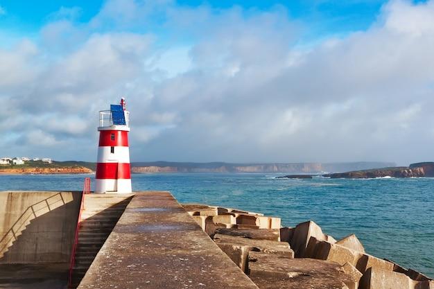 Navy pier com farol e vista para o litoral. sagres, portugal.