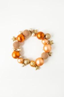 Nchristmas composição do feriado do ano novo. grinalda de moldura com espaço de cópia simulado de enfeites de natal de gengibre, bolas e estrelas em branco