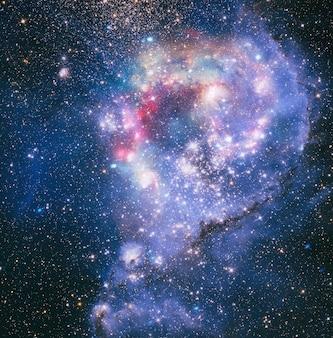 Nebulosa e galáxias no espaço profundo