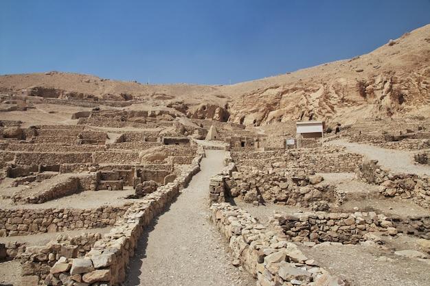 Necrópole antiga vale dos artesãos em luxor, egito
