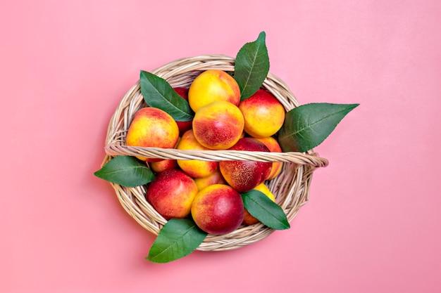 Nectarina colhidas frescas encontra-se no fundo rosa vegetal vitamina queratina natural