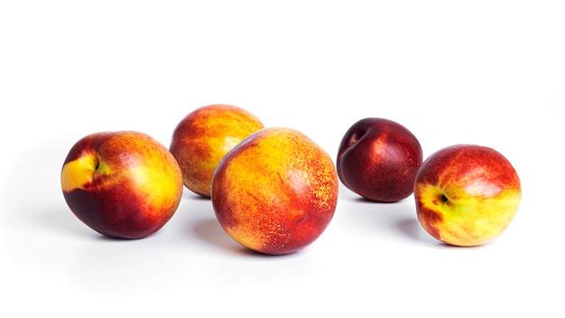 Nectarina isolada em um fundo branco. fruta nectarina. foto de alta qualidade