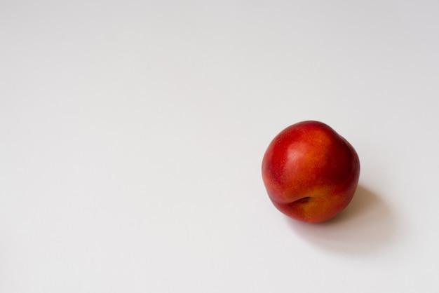 Nectarina orgânica fresca no fundo branco