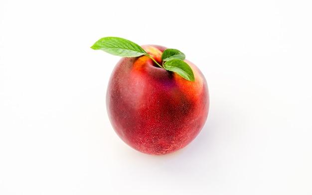 Nectarinas isoladas na superfície branca.
