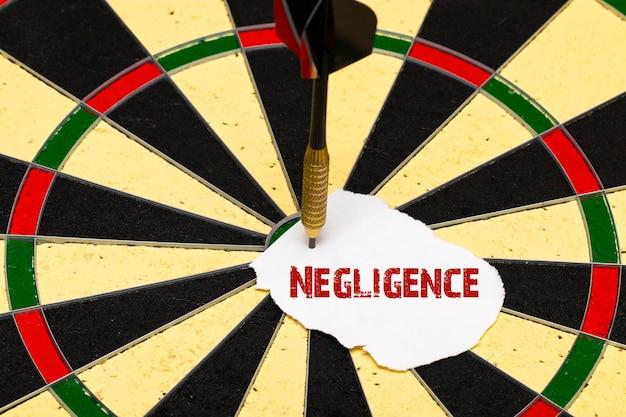 Negligência. dardos com flecha de dardo que foi fixada em uma folha de papel para etiquetas
