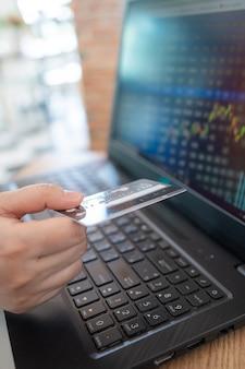 Negociação com cartão de crédito e laptop