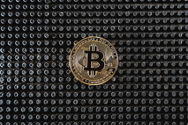 Negociação de bitcoins. moeda de criptomoeda em fundo escuro. pagamento por serviços de criptomoeda. novas oportunidades de bitcoin.