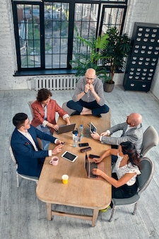 Negociação de negócios, parceiros masculinos discutindo