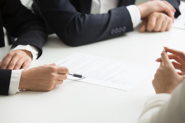 Negociações sobre o conceito de termos do contrato, mão apontando para o documento, closeup
