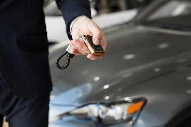Negociante de carro com close-up chave