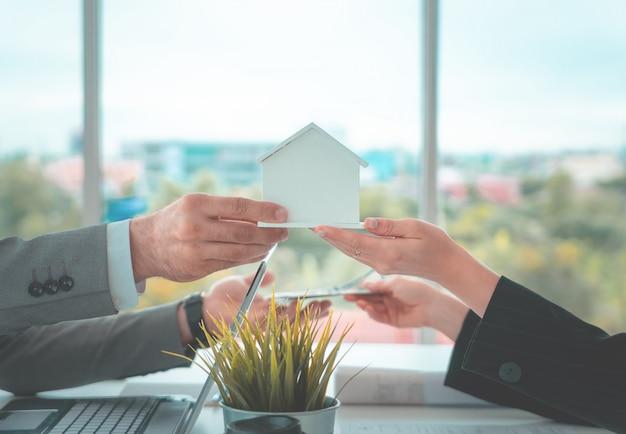 Negociar em casa por dinheiro para empréstimo hipotecario e conceito de compra