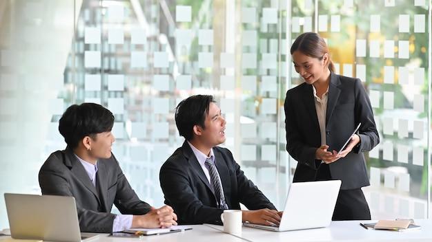 Negócio apaixonado jovem equipe falando, inicialização de negócios
