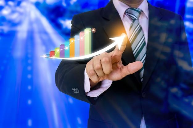 Negócio apontando o desenvolvimento de seta apontando gráfico corporativo para o sucesso e o conceito de plano crescente