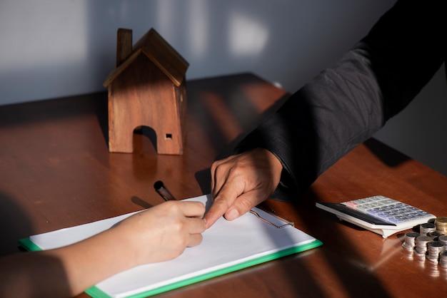 Negócio, assinando, um, contrato, compra, -, venda, casa