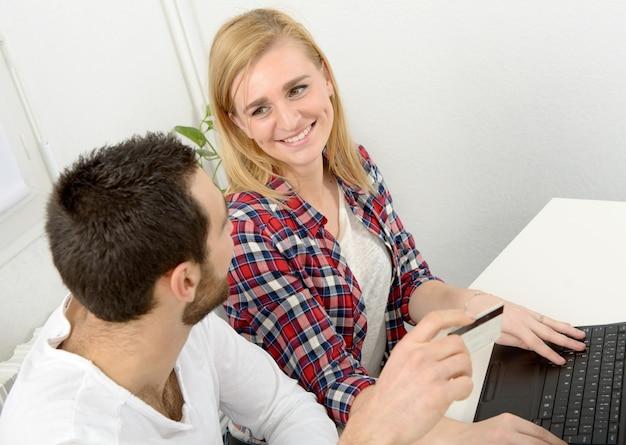 Negócio atraente de homem e mulher usando computador portátil