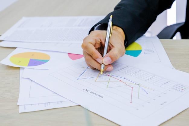 Negócio da análise do homem e relatório financeiro.