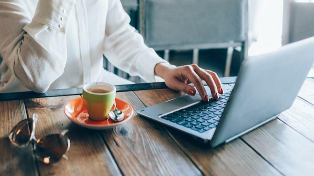 Negócio de comércio eletrônico. compra de comércio online. mulher trabalhando no laptop, procurando parceiros na internet.