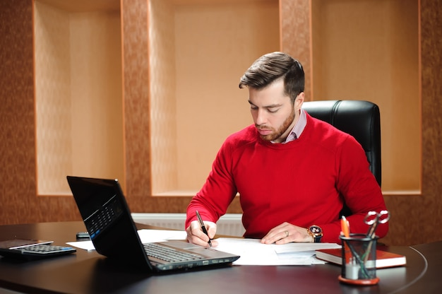 Negócio de inicialização, desenvolvedor de software trabalhando no computador