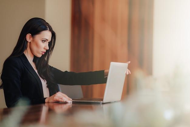 Negócio de jovem atraente com laptop