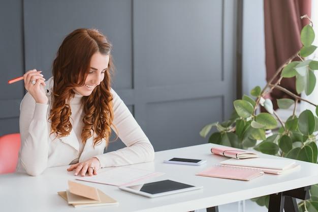 Negócio de rede social. marketing na internet. mulher smm no local de trabalho, fazendo anotações na programação.