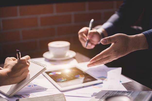Negócio de sucesso e conceito de negócio de parceria, mão do empresário e empresária apresentando seu projeto de negócios