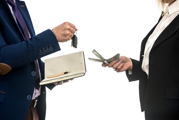 Negócio de sucesso entre parceiros para vendas de automóveis isoladas na parede branca. dólar. conceito financeiro.