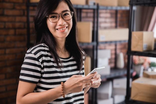 Negócio de vendedor de loja online com telefone