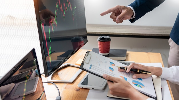 Negócio, equipe, investimento, empresário negócio, discussão, e, análise