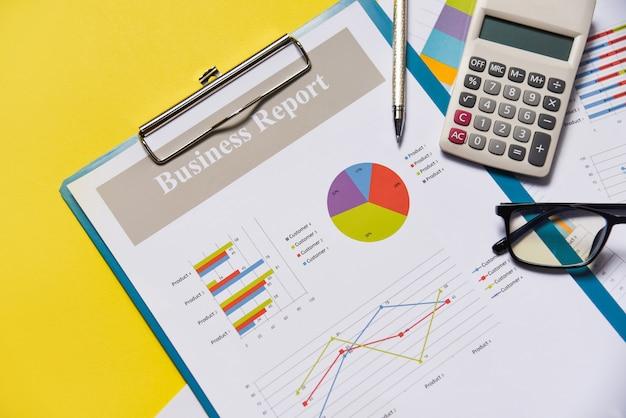 Negócio gráfico gráfico relatório documento financeiro de papel com caneta calculadora e óculos