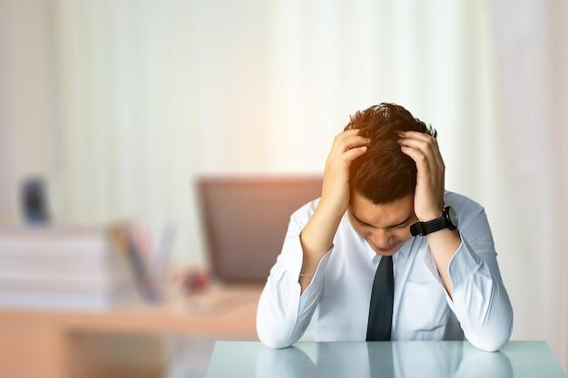 Negócio, homem, triste, sentando, ou, estreito negócio, homem, sentando, cadeira, expresso, sentimento
