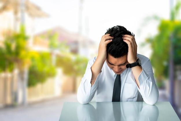 Negócio, homem, triste, sentando, ou, estreito negócio, homem, sentando, cadeira, expresso