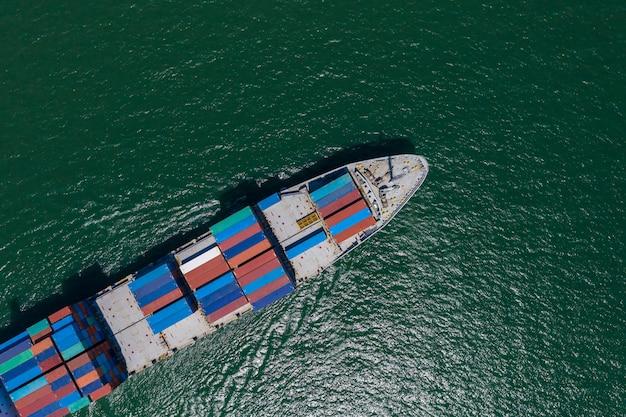 Negócio internacional de transporte de contêineres Foto Premium