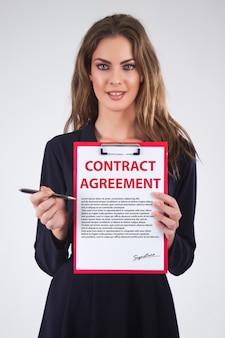 Negócio, mulher, mostrando, escrito, contrato, acordo, prancheta