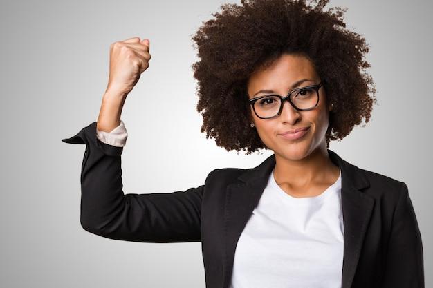 Negócio mulher negra fazendo o gesto do vencedor