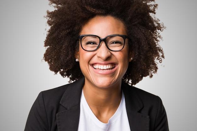 Negócio mulher negra se sentindo feliz