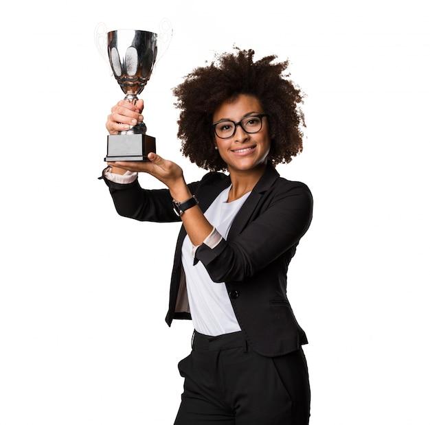 Negócio mulher negra segurando um troféu