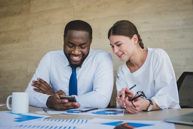 Negócio, pessoas, olhar, smartphone