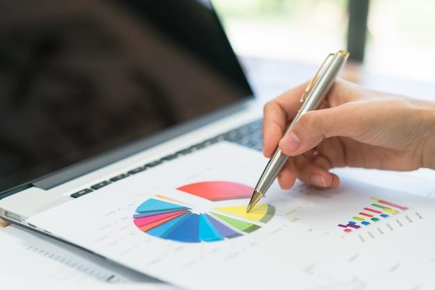 Negócio, pessoas, usando, laptop, financeiro, gráficos, reunião, escritório