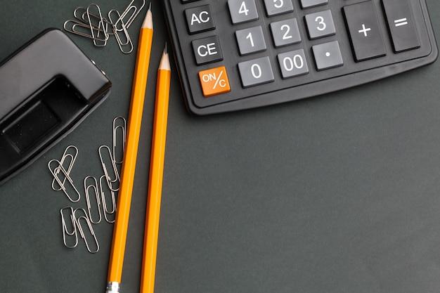Negócios ainda vida com calculadora na mesa no escritório.