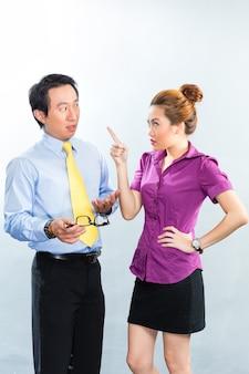 Negócios asiáticos - crise ou intimidação sob colegas ou chefe e funcionário no escritório