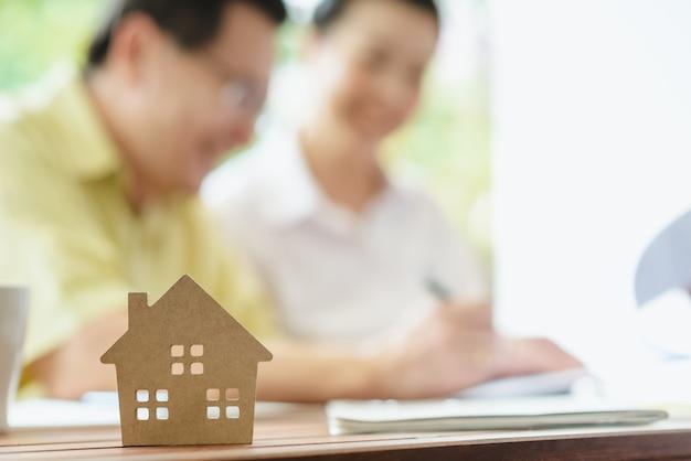 Negócios, assinando um contrato de compra ou venda de casa