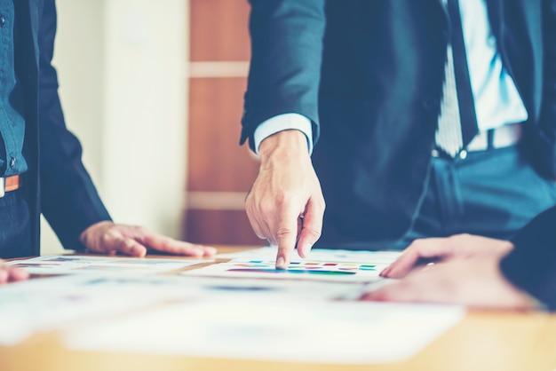 Negócios bancários ou gráficos de contabilidade de área de trabalho do analista financeiro, indica nos gráficos