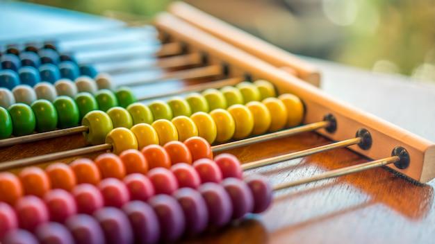Negócios coloridos contando ábaco do grânulo