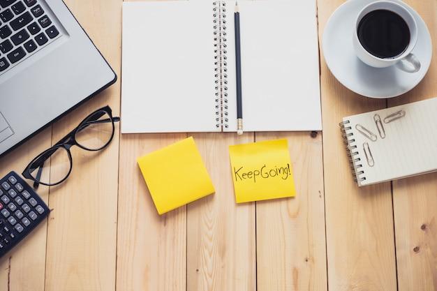 Negócios com laptop digital e área de trabalho de escritório