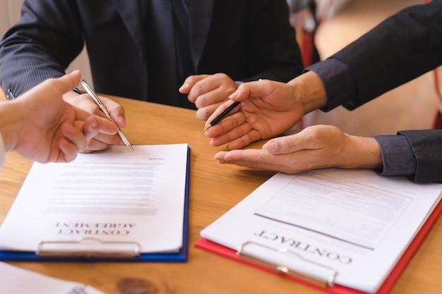Negócios de co-investimento assinando contrato após acordo bem sucedido. contrato de negócios e reunião e saudação.