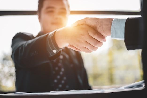 Negócios de sucesso e conceito de negócio de parceria, pessoas de negócios apertam as mãos para concordar em participar de negócios
