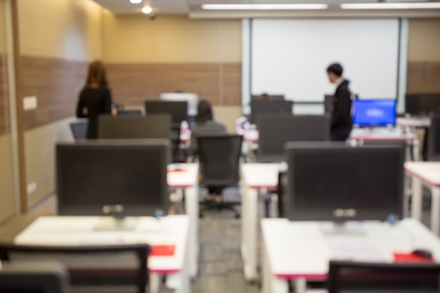 Negócios, desenvolvedor de software trabalhando no computador no escritório moderno