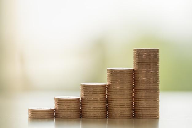 Negócios, dinheiro, finanças, segurança e conceito de economia. close-up da pilha de moedas