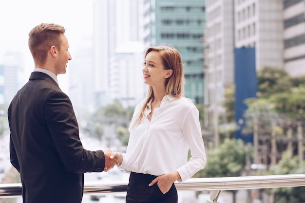 Negócios e empresária apertando as mãos, após a reunião