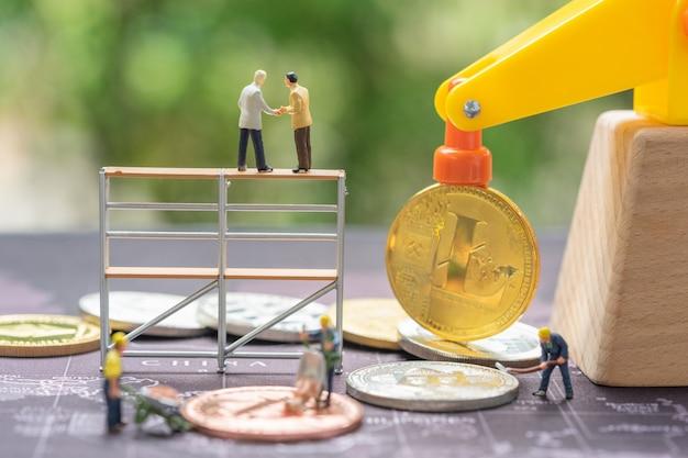 Negócios e finanças, mineiros trabalhando na mina bitcoin.